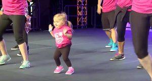 Instruktørene begynner å danse, men når jenta inntar scenen, overskygger hun de andre momentant.