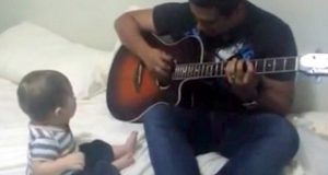 Pappa spiller gitar for babyen sin. Reaksjonen var kanskje ikke helt som han hadde forventet.