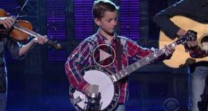 9-åringen går nervøst på scenen med banjoen sin. Når musikken starter blir jeg LAMSLÅTT.