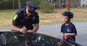 Politiet stanser gutten og gir ham bøter, men bakgrunnen for det er virkelig flott.