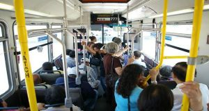 En kvinne begynner å gråte på bussen. Da passasjerene oppdager hvorfor bryter de ut i full jubel.