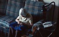 De satte opp et kamera i denne eldre damens hjem. Hva det tok opp knuste hjertet mitt.