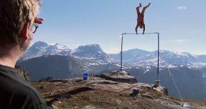 Her henger norske Richard helt på kanten av en fjellhylle i Møre og Romsdal, da det utenkelige skjer.