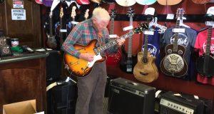 81-åringen plukker opp gitaren. Sekunder senere er hele butikken målløs.