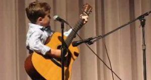 7-åringen går på scenen for å spille Johnny Cash. Sekunder senere bryter publikum ut i jubel!