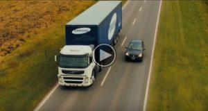 Hun lå bak denne svære lastebilen, men når hun kom nærmere, forventet hun aldri å se DETTE.
