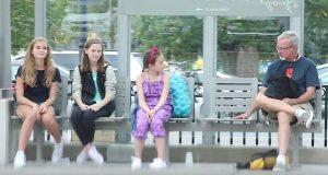 To jenter mobber klassekameraten sin. Da drar mannen DETTE ut av bagen sin.