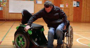 Det ser ut som en vanlig rullestol. Men se hvordan den forvandles når han setter seg i den.