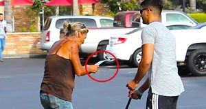 En «blind» mann setter folks ærlighet på prøve med en vinnerkupong. Du vil ikke tro dette.