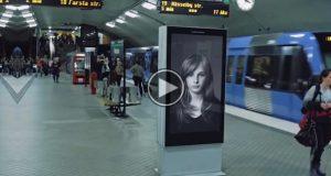 Det ser ut som et vanlig reklameskilt. Men når toget kjører forbi? Det traff meg rett i hjertet.