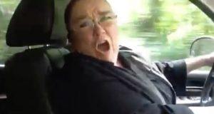Bestemor hører favorittsangen på radioen og sjokkerer alle når hun gjør DETTE.