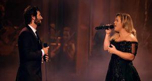 Josh Groban og Kelly Clarkson synger duett. Resultatet høres ut som en match «made in heaven».