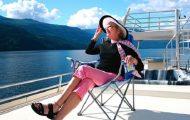 En mann spør en gammel dame hvorfor hun er alene på cruiseskipet. Svaret hennes sjokkerer ham!