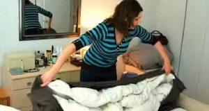 Hun stapper dynen tilbake i dynetrekket på 10 sekunder. Når jeg så hvordan fikk jeg hakeslipp!