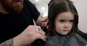 Jenta er bare 3 år, men når frisøren begynner å klippe lærer hun oss en lekse vi sent vil glemme.