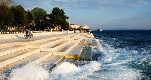 Det ser ut som en vanlig strandpromenade, men når bølgene treffer skjer det noe magisk (og uventet.) Wow.