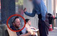 Når politiet slo ham, forholdt han seg rolig. Men det gutten ved siden av ham gjør, får ham til å gråte.