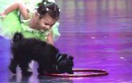 Denne 4 år gamle jenta steg inn på scenen med en valp. Men så gjør hun DETTE… Wow.