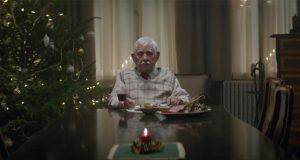 Ingen har tid til å feire jul med sin gamle far. Det han gjør da har rørt millioner til tårer.