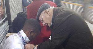 En ung mann strevde med noe da han satt på T-banebenken, helt til en eldre mann grep inn.