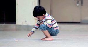 En foreldreløs gutt tar med seg kritt ut i skolegården. Det han tegner får tårene til å renne.