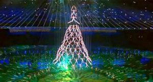 Her skaper gymnastene et menneskelig juletre. Men det er neste steg som får alle til å juble.
