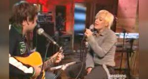 Når hun griper fatt i mikrofonen og begynner å synge DENNE klassikeren, ble jeg blåst i bakken. WOW.