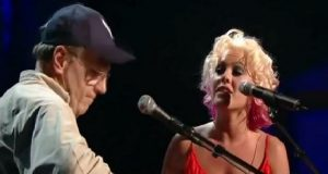 Pink vinker opp denne ukjente mannen på scenen. Hvem han er? Wow. Når de begynner å synge? Tårer.