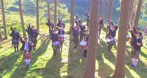 Trommeslagere stilte seg opp i skogen – når de begynte å spille DENNE sangen fikk jeg gåsehud.