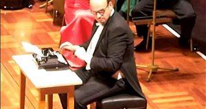 Et fullstendig forbløffet publikum klarer ikke slutte å le av hva denne mannen gjør med en skrivemaskin.