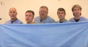 Fem leger står bak et blått laken. Se hva som skjer når de slipper det. Fantastisk.