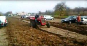 Bilistene driter i bondens anmodning om å ikke parkere på hans jorde. Men hevnen? Den er søt…