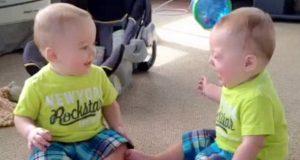Mamma ser på tvillingene leke. «Samtalen» deres får henne til å le seg skakk.