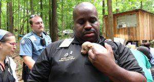 Politiet reddet 526 hundevalper fra et monster. Et år senere? Jeg kan ikke stoppe å SMILE.