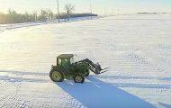 Denne bonden kjører i sirkler ute i snøen. Men når kameraet zoomer ut skjønner jeg alt.