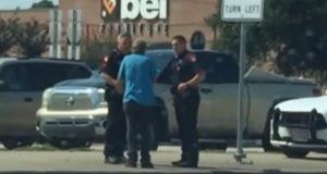 En politimann i Houston aner ikke at han blir filmet idet han gjør dette.