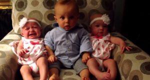 Den forvirrede babyen møter tvillinger for første gang. Se hva han så gjør…