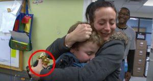 Den lille gutten må velge mellom to gaver. Når du ser hvilken han velger, vil du bli rørt.