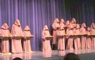 Disse stille munkene går ut på scenen. Etter få sekunder bryter publikum ut i latter.