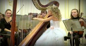 Den 11 år gamle jenta setter seg ned ved harpen. Innen sekunder er alle fylt av ærefrykt.