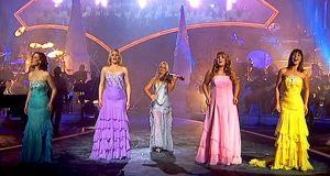 Når disse kvinnene begynner å synge en av de vakreste julesangene, blir publikum rørt til tårer.