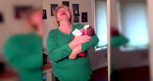 De legger en liten nyfødt i armene hennes. Se når mamma innser babyens identitet…