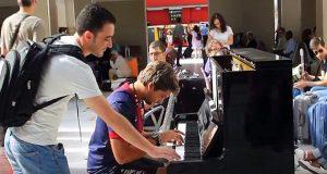 Musikeren spiller på et offentlig piano. Så bryter en fremmed inn og gjør alle målløse.
