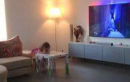 Pappa satte opp et kamera like ved sin 4 år gamle datter. Det som skjedde sprer seg nå viralt.