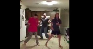 Pappa sniker seg inn i videoen bak jentene som danser, og viser dem hvordan det skal gjøres.