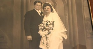 For 71 år siden betalte hun drøyt 100,- for brudekjolen sin. Ser du nærmere etter, ser du årsaken.
