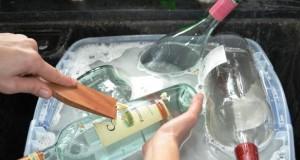 I stedet for å kaste glassflaskene tar hun bort etiketten. Resultatet er noe du bare MÅ ha!
