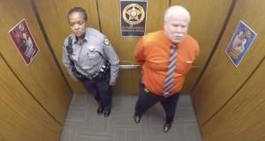 De er alene i heisen. Da kameraet tok ham i å gjøre dette, ble det en VIRAL hit på nettet.