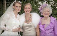 Denne bruden knipser et bilde av seg, mor og bestemor. Men legg godt merke til kjolen hennes.
