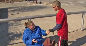 En 9 år gammel gutt gir denne hjemløse damen en gammel veske. Se hva hun så gjør…